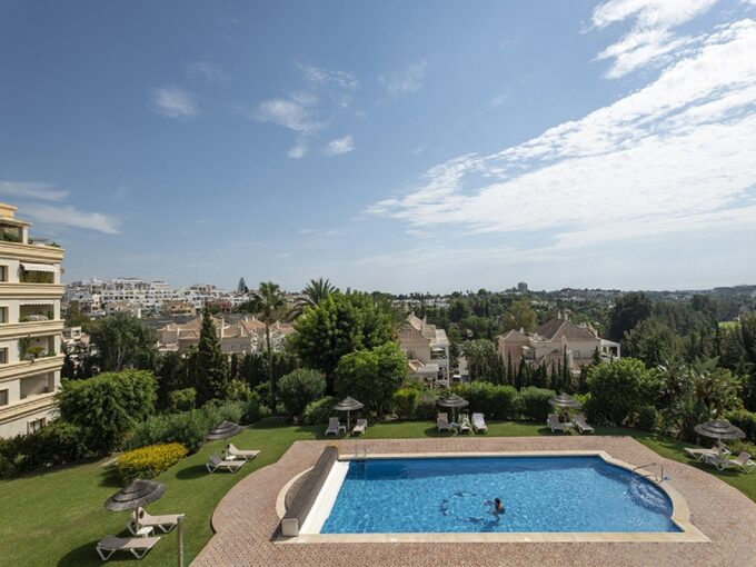 LUXURY MIDDLE FLOOR APARTMENT IN LAS BRISAS – NUEVA ANDALUCIA